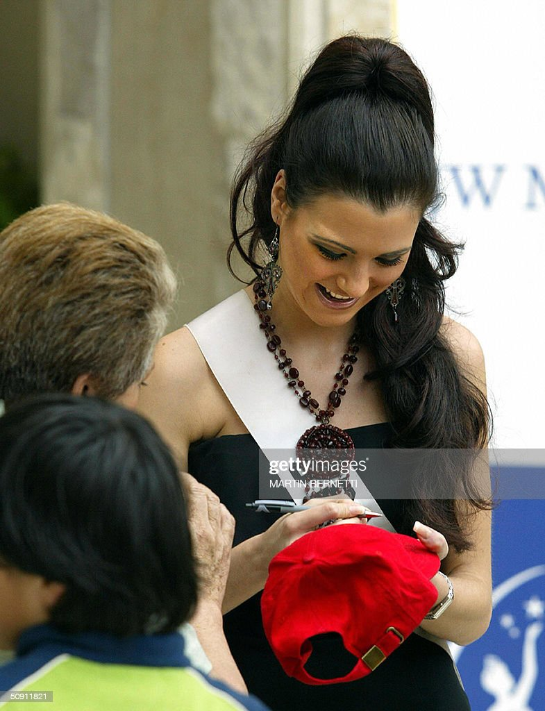 Miss Spain Maria Jesus Ruiz signs an autograph 30 May 2004, in Quito, Ecuador, where the Miss Universe 2004 contest will be held next 01 June. AFP PHOTO/Martin BERNETTI