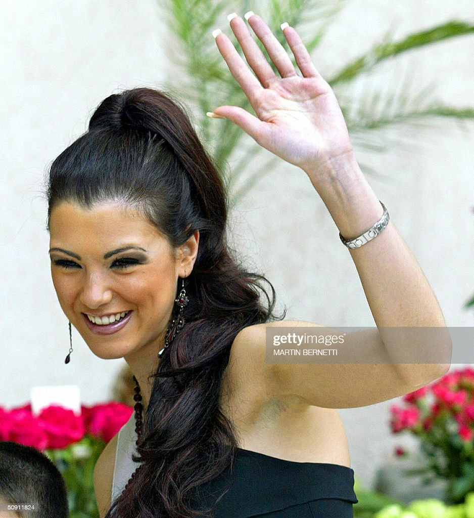 Miss Spain Maria Jesus Ruiz waves at photographers 30 May, 2004, in Quito, Ecuador, where the Miss Universe 2004 contest will be held next 01 June. AFP PHOTO/Martin BERNETTI