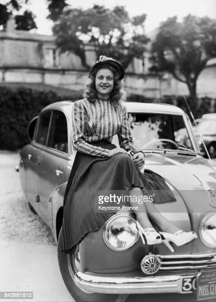 Miss Tchécoslovaquie sur une voiture Tatra au concours d'élégance auquel participaient toutes les miss européennes au pavillon Henri IV à...