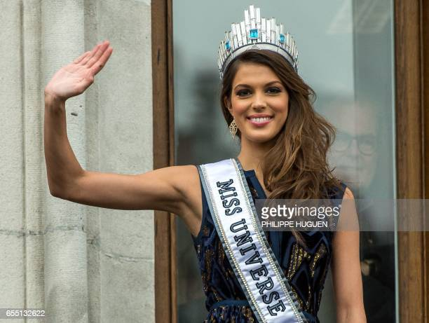 Miss Univers French Iris Mittenaere salutes the crowd upon her arrival to visit Lille northern France on March 19 2017 / AFP PHOTO / PHILIPPE HUGUEN