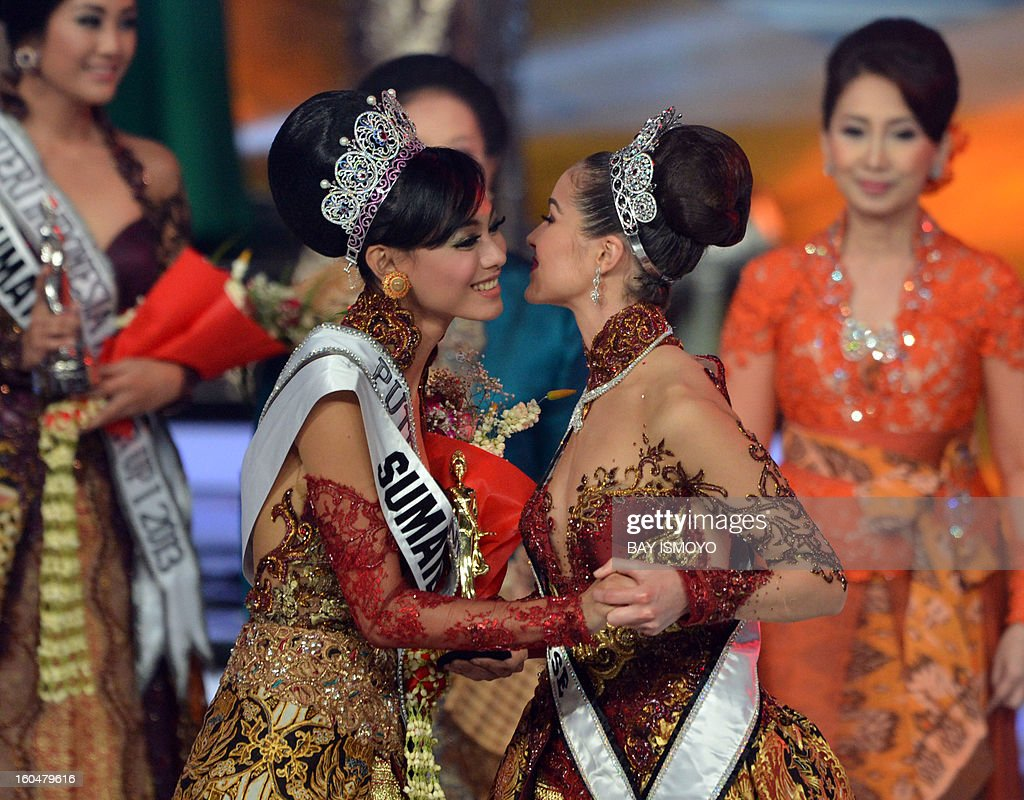 Miss Universe 2012 Olivia Culpo (R) of the US congratulates newly-crowned Puteri Indonesia 2012-2013 Whulandary (L), during the Puteri Indonesia Beauty contest in Jakarta on January 31, 2013. AFP PHOTO / Bay ISMOYO
