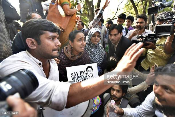 Missing JNU Student Najeeb Ahmed's mother Fatima Nafees break down after taakling with media person along with Kanhaiya Kumar During the citizens...