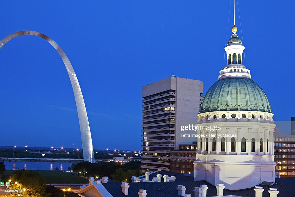 USA, Missouri, St Louis, Getaway Arch and  old courthouse at night