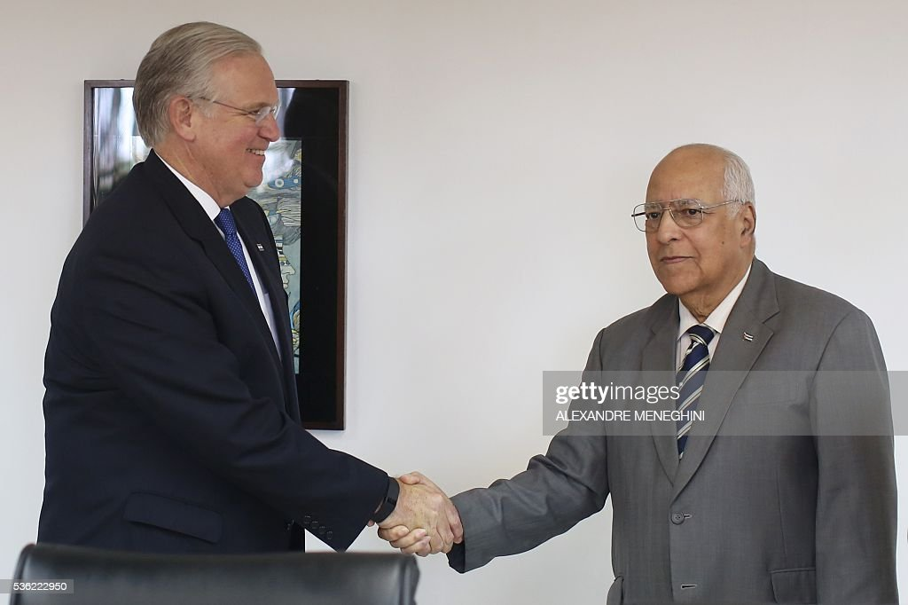 Missouri's Governor Jay Nixon (L) shakes hands the Vice-President of Cuba's Council of Ministers Ricardo Cabrisas Ruiz in Havana on May 31, 2016. / AFP / POOL / ALEXANDRE