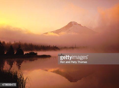 霧の朝、カヌー、反射するフッド山の姿、
