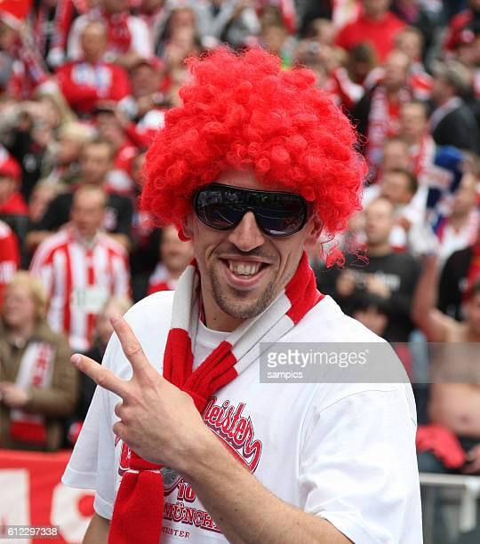 Mit Perucke und Sonnenbrille Franck Ribery Fussball Deutsche Meisterschaft des FC Bayern Munchen 2009 / 2010 Deutscher Fussballmeister 2009 / 2010 FC...