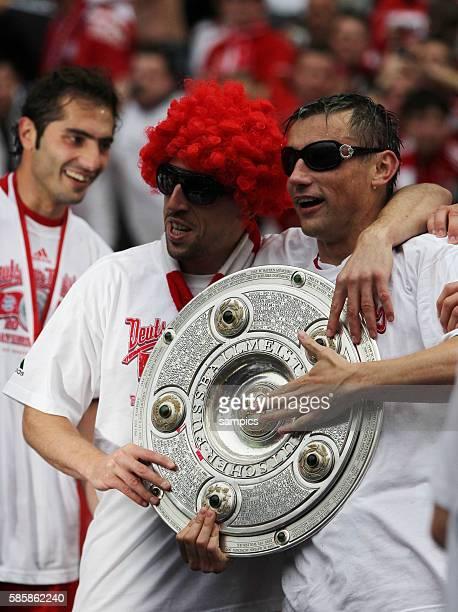 Mit Perucke und Sonnenbrille Franck Ribery mit Ivica OLic mit der Meisterschale Fussball Deutsche Meisterschaft des FC Bayern Munchen 2009 / 2010...