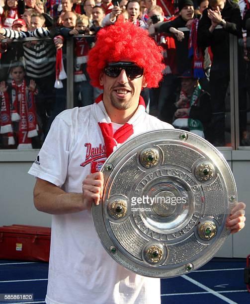 Mit Perucke und Sonnenbrille und Meisterschale Franck Ribery Fussball Deutsche Meisterschaft des FC Bayern Munchen 2009 / 2010 Deutscher...