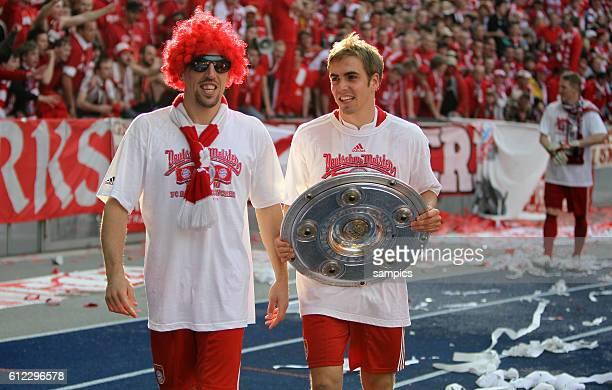 Mit Perucke und Sonnenbrille und Meisterschale Franck Ribery und Philipp Lahm Fussball Deutsche Meisterschaft des FC Bayern Munchen 2009 / 2010...