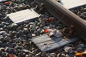 mit Raureif überzogene Eisenbahnschienen, Eisenbahnschwellen