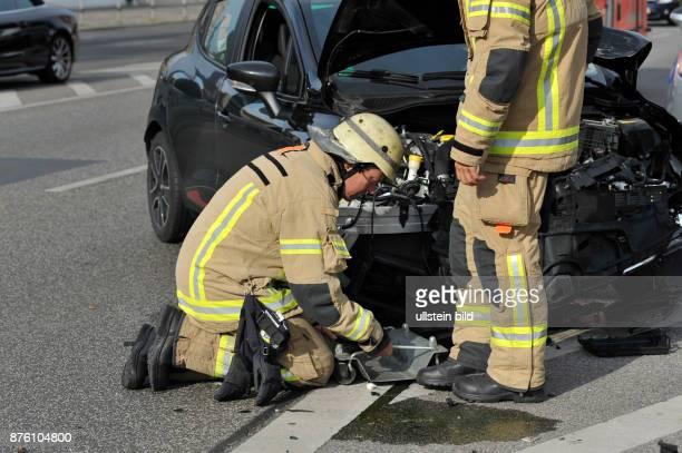 Mitarbeiter der Berliner Feuerwehr im Einsatz bei einem Verkehrsunfall