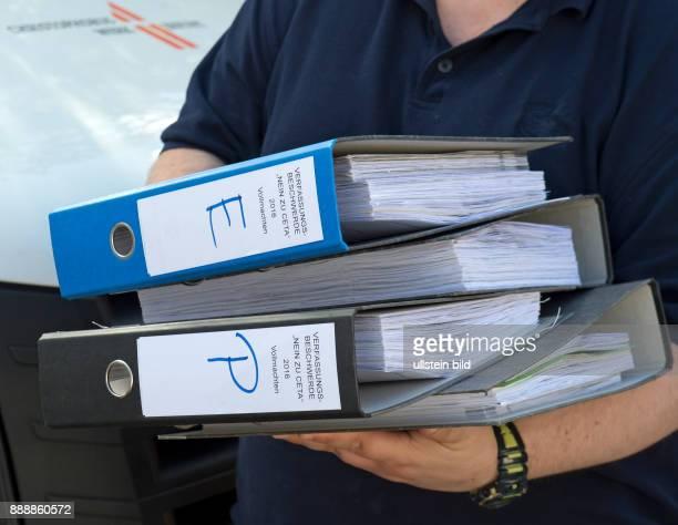 Mitarbeiter des Christophoruswerkes verladen in Vieselbach bei Erfurt Kartons mit Formularen zur Verfassungsbeschwerde gegen das geplante...