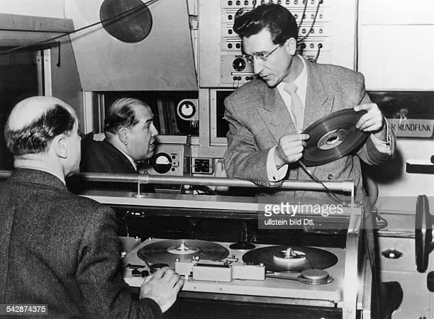 Mitarbeiter im Schneideraum mit einemMagnetband das die `Hörerwünsche'enthält 1952