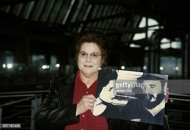 Mitarbeiterin des CIA FBI D/USA Autorin Autobiographin mit einem Foto das sie und ihren damaligen Geliebten Fidel Castro zeigt April 2001