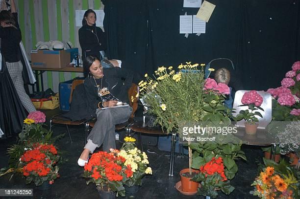 Mitarbeiterin des 'M D R F e r n s e h b a l l e t t s' mit 'Fleurop'Blumensträußen während der ARDMusikShow 'Musikantenstadl' Bremen Parkplatz...