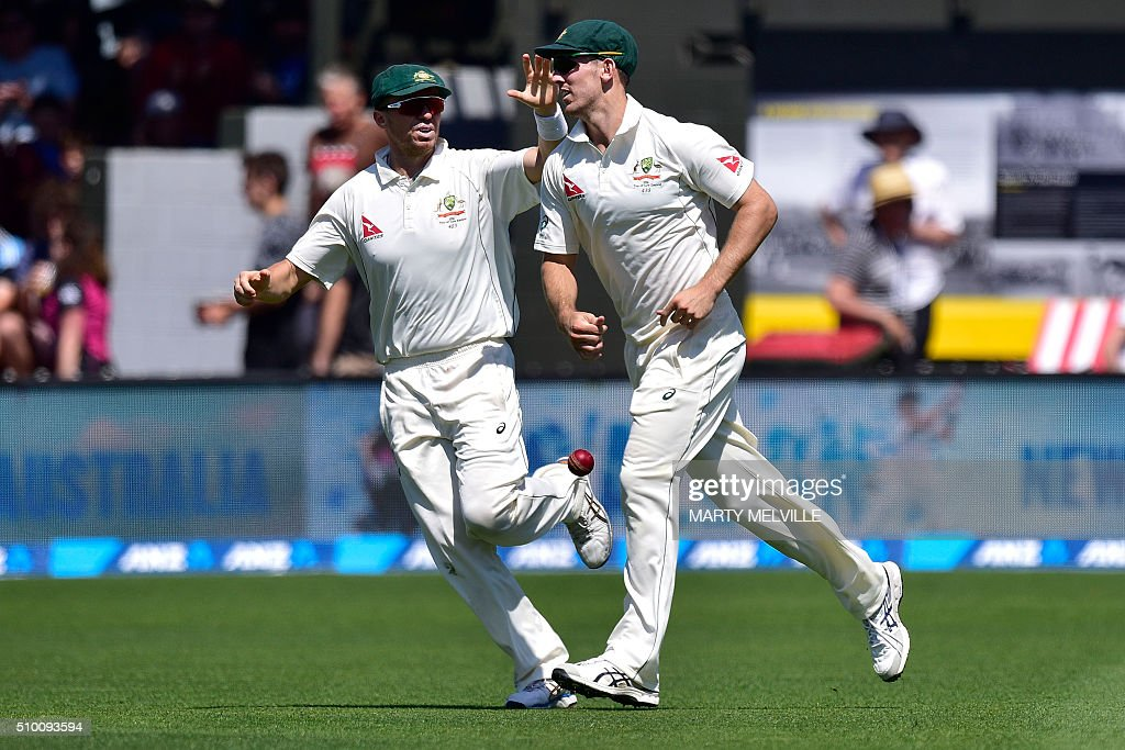 Mitchell Marsh (R) of Australia celebrates taking the catch of New Zealand's Martin Guptill with teammate Peter Siddle (L) during day three of the first cricket Test match between New Zealand and Australia at the Basin Reserve in Wellington on February 14, 2016. AFP PHOTO / MARTY MELVILLE / AFP / Marty Melville