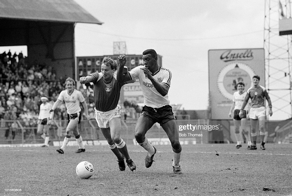 Mitchell Thomas of Luton Town (right) is challenged by Birmingham City winger Robert Hopkins during the Division One match held at St Andrew's Stadium, Birmingham on 6th April 1986. Luton Town beat Birmingham City 2-0. (Bob Thomas/Getty Images).