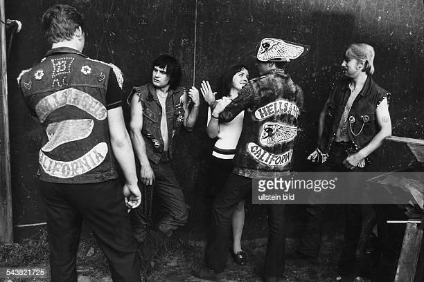Mitglieder der Rockerbande 'Hell's Angels' Die Männer tragen Jacken und Westen mit dem Logo und dem Schriftzug 'HELLS ANGELS CALIFORNIA' Einer der...