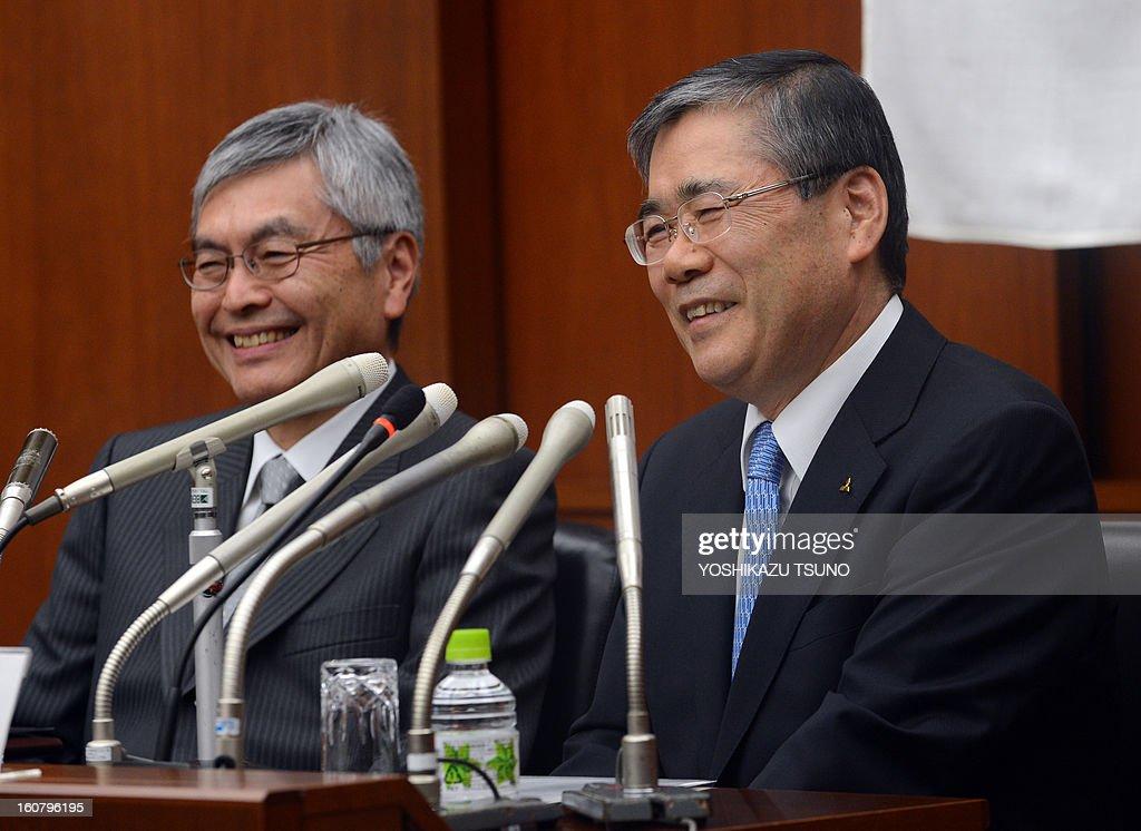 Mitsubishi Heavy Industries executive vice president Shunichi Miyanaga (R) speaks as president Hideaki Omiya (L) names Miyanaga as his succesor at a press conference at the company's headquarters in Tokyo on February 6, 2013. Omiya will become chairman of the company. AFP PHOTO / Yoshikazu TSUNO