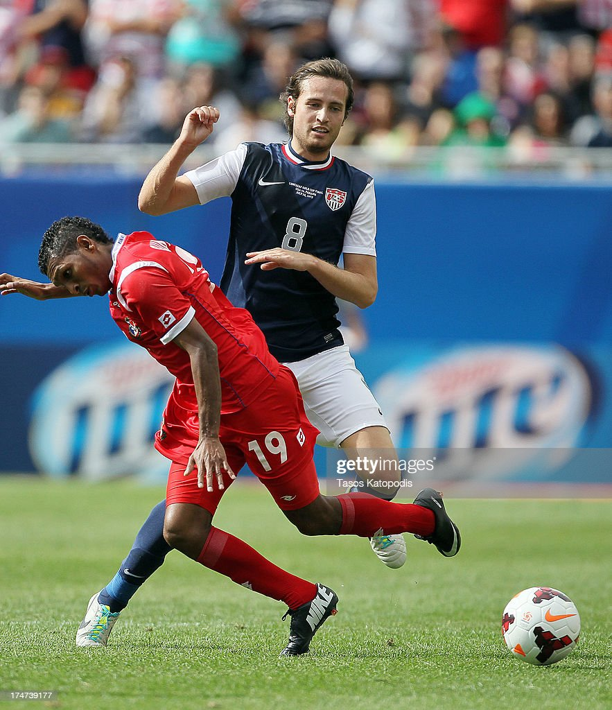 Mix Diskerud #8 of USA fights for the ball with Alberto Quintero #19 of Panama in the second half at the 2013 CONCACAF Gold Cup Final at Soldier Field July 28, 2013 in Chicago, Illinois.