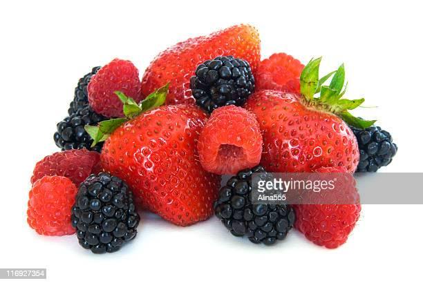 Mezcla bayas-fresas y moras y frambuesas sobre blanco
