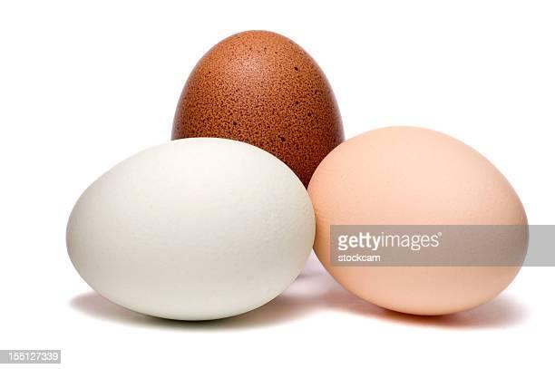 Gemischte Eier auf weißem Hintergrund