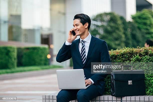 Gemischte Abstammung Geschäftsmann Arbeiten im Freien