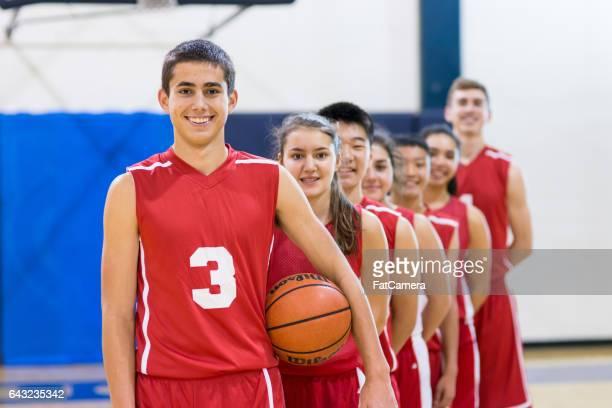 Sexe mixte lycée basket-ball équipe posant