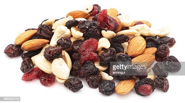 Nüsse und Trockenfrüchte Haufen isoliert auf weiss