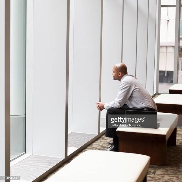 Gemischtes Geschäftsmann sitzt in der hotel lobby