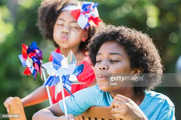 Gemischten Rennen Kinder feiert amerikanische patriotische Veranstaltung