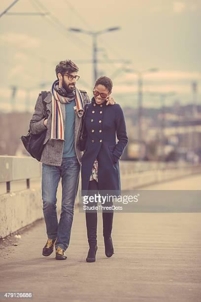 mixed race couple wlaking auf der Straße