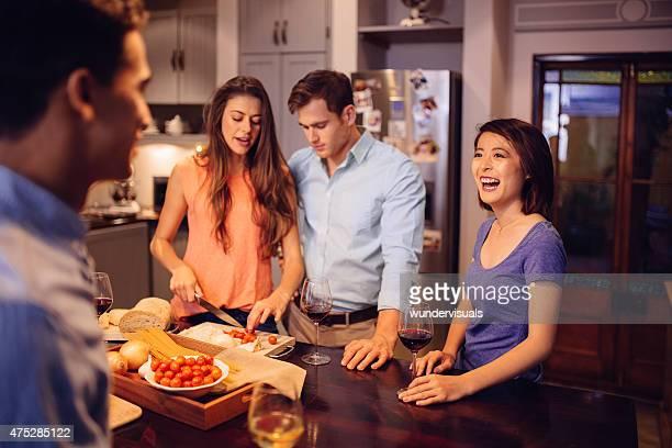 Razza mista coppia ridere e preparare la cena insieme
