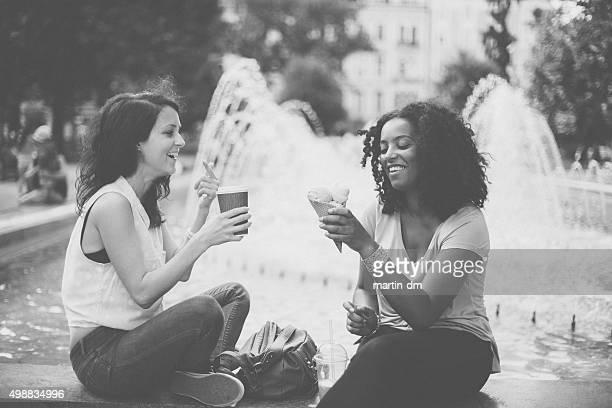 Interracial filles parler et rire à Sofia