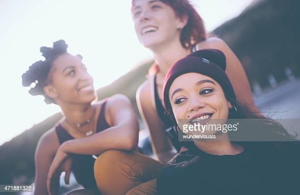 Interracial groupe de grunge filles traîner ensemble