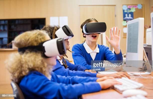 Gemischte Rassen Gruppe von Studenten, die mit virtual-Reality-Schutzbrillen