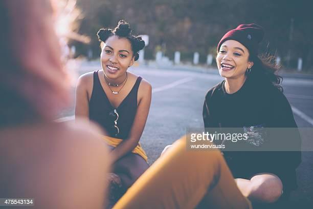 Gruppo di razza mista di ragazzi grunge ragazze parlando di fuori