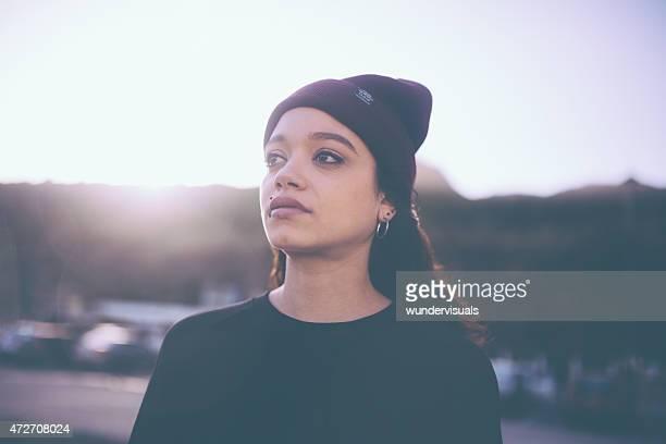 Gemischtes teen grunge Mädchen allein in einem städtischen Ambiente