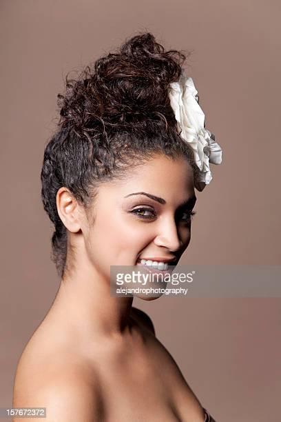race mixte femme avec des fleurs dans les cheveux