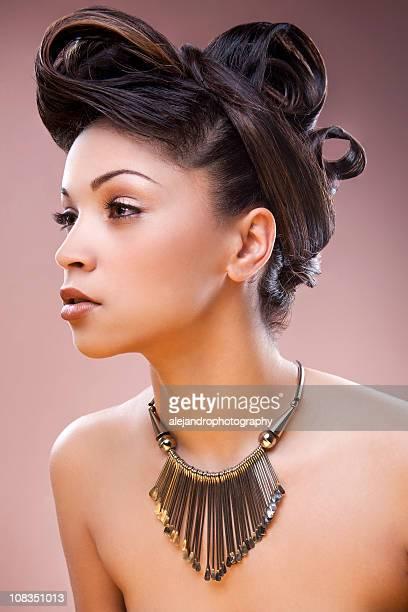race mixte femme avec un chignon