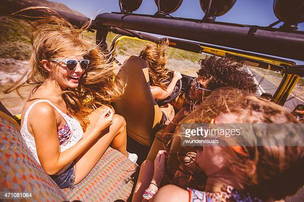 Race mixte groupes de girl amis sur un road trip