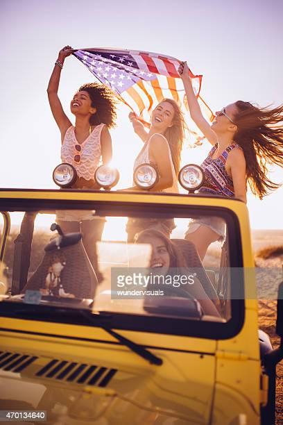 Gemischte ethnische Gruppe von Mädchen fröhlich-amerikanischer Flagge