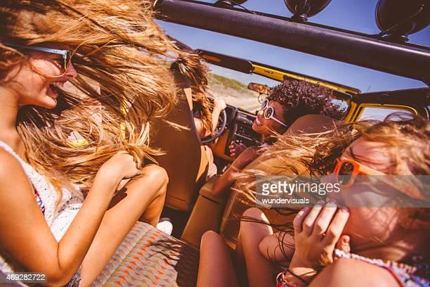 Gemischte ethnische Gruppe von teen auf road trip zum Strand