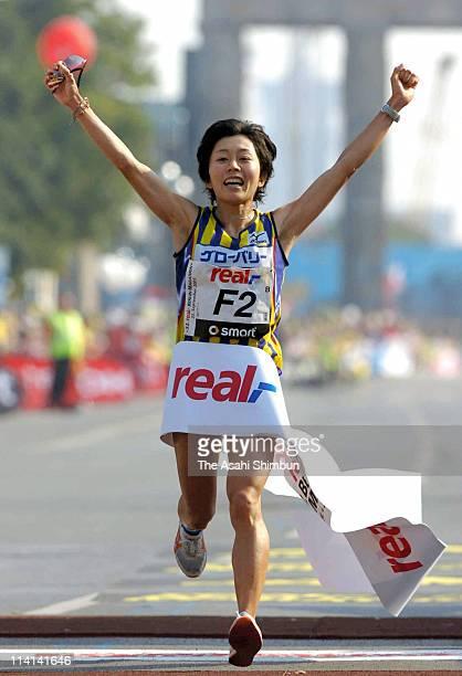 Mizuki Noguchi of Japan crosses the finishing tape to win the Berlin Marathon 2005 on September 25 2005 in Berlin Germany