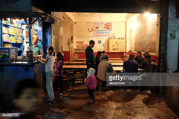 Männer spielen Carrom in einer Spielhalle im Marktviertel von Gangtok
