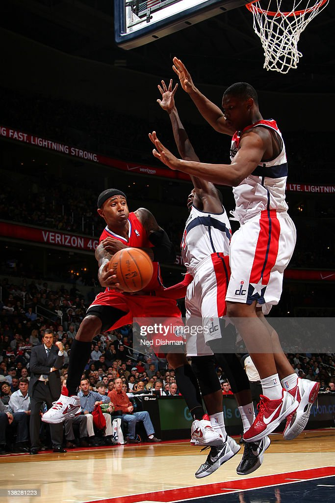 Mo Williams #25 of the Los Angeles Clippers passes against <a gi-track='captionPersonalityLinkClicked' href=/galleries/search?phrase=Kevin+Seraphin&family=editorial&specificpeople=6474998 ng-click='$event.stopPropagation()'>Kevin Seraphin</a> #13 of the Washington Wizards during the game at the Verizon Center on February 4, 2012 in Washington, DC.