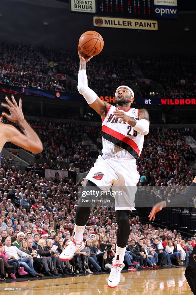 Mo Williams #25 of the Portland Trail Blazers drives to the basket against the New Orleans Pelicans on December 21, 2013 at the Moda Center Arena in Portland, Oregon.