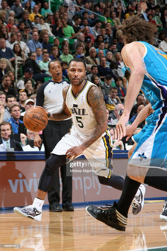 Mo Williams #5 of the Utah Jazz drives against <a gi-track='captionPersonalityLinkClicked' href=/galleries/search?phrase=Robin+Lopez&family=editorial&specificpeople=2351509 ng-click='$event.stopPropagation()'>Robin Lopez</a> #15 of the New Orleans Hornets at Energy Solutions Arena on April 5, 2013 in Salt Lake City, Utah.
