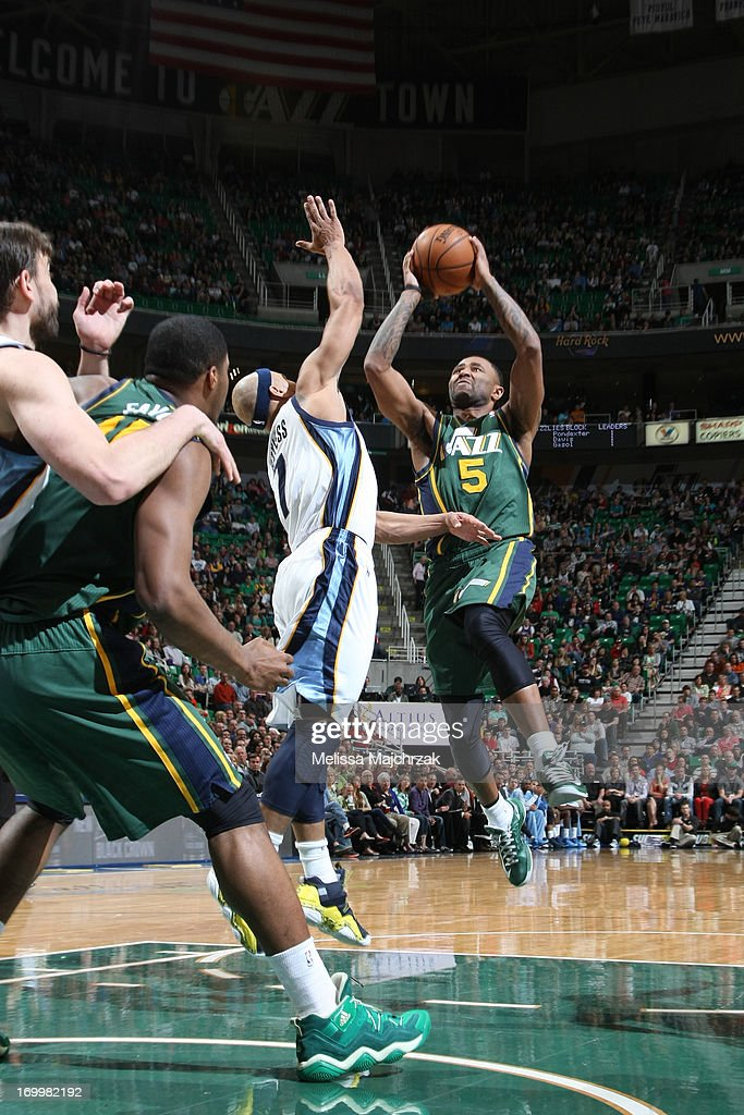 Mo Williams #5 of the Utah Jazz shoots against <a gi-track='captionPersonalityLinkClicked' href=/galleries/search?phrase=Jerryd+Bayless&family=editorial&specificpeople=4216027 ng-click='$event.stopPropagation()'>Jerryd Bayless</a> #7 of the Memphis Grizzlies at Energy Solutions Arena on March 16, 2013 in Salt Lake City, Utah.