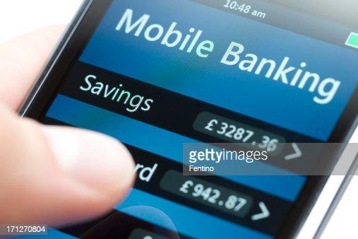 La banca móvil en Smartphone Close-up-Libra esterlina